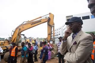 Fashola visits Collapsed Building in Abuja